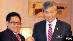 Menteri Tenaga Kerja dan Transmigrasi Muhaimin Iskandar dan Mendagri Malaysia Dato Zahid Hamidi seusai penandatanganan kesepakatan terkait TKI di Putrajaya, Malaysia, Kamis, 26 September 2013 (VOA/Munarsih)