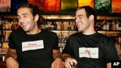 """Gaby Bayram,kanan, warga Beirut yang juga pendiri www.savebeirut.org memakai T-shirt dengan tulisan yang berarti """"Beirut, kota yang tidak pernah menyerah."""" (AP/Ben Curtis)"""