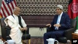 Džon Keri i Ašraf Gani tokom razgovora u američkoj ambasadi u Kabulu