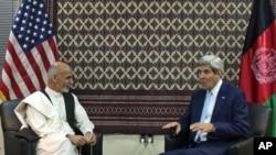 U.S. Secretary of State John Kerry (R) talks with Afghanistan's presidential candidate Ashraf Ghani Ahmadzai, during a meeting at U.S. embassy in Kabul, Afghanistan, Aug. 7, 2014.