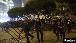 Numerosos enfrentamientos se registraron entre manifestantes y Policía durante la huelga general en España.