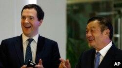 Menteri Keuangan Inggris George Osborne (kiri) didampingi CEO dan pendiri Huawei Ren Zhengfei saat mengunjungi kampus yang terletak di Shenzen, China Selatan (16/10).