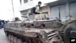 Amaterski snimak sirijskog pobunjeničkog borca na tenku zaplenjenom od sirijskih snaga