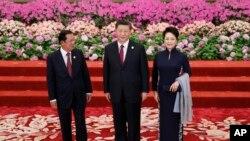 រូបឯកសារ៖ លោកនាយករដ្ឋមន្ត្រី ហ៊ុន សែន (ឆ្វេង) អញ្ជើញចូលរួមក្នុងពិធីទទួលស្វាគមន៍មួយសម្រាប់វេទិកាក្រវាត់ផ្លូវពាណិជ្ជកម្មរបស់ប្រធានាធិបតីចិន លោក Xi Jinping (កណ្ដាល) និងអ្នកស្រី Peng Liyuan ជាភរិយា (ស្ដាំ) នៅទីក្រុងប៉េកាំង ប្រទេសចិន ថ្ងៃទី២៦ ខែមេសា ឆ្នាំ២០១៩។