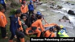 Proses evakuasi penumpang bus Sriwijaya rute Bengkulu-Palembang yang terjun ke jurang di Liku Lematang, Desa Prahu Dipo, Kecamatan Dempo Selatan, Pagaralam, Sumatera Selatan, Selasa. 24 Desember 2019. (Foto: Basarnas Palembang).