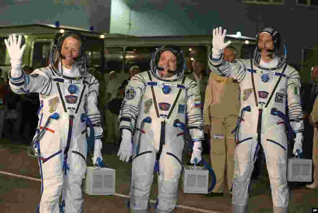 """""""Soyuz"""" gəmisindəki ekipaj üzvləri - Birləşmiş Ştatlardan kosmonavt Karen Nyuberq, Rusiyadan Fyodor Yurçixin, Avropadan Luka Parmitano"""