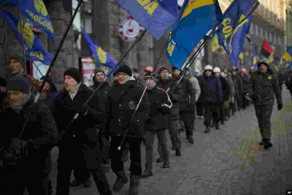 우크라이나 키예프에서 극우주의 단체 지지자들이 행진을 벌이고 있다.