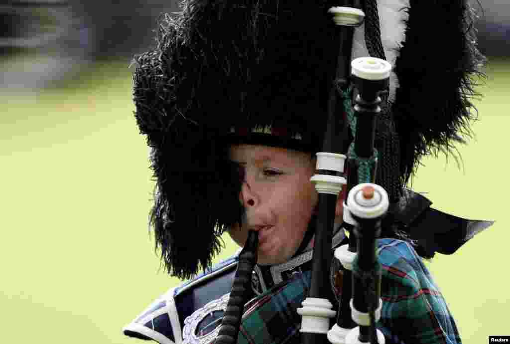 ក្មេងប្រុសម្នាក់ផ្លុំខ្លុយម្យ៉ាងនៅក្នុងពិធី Braemar Highland Gathering ប្រចាំឆ្នាំនៅក្នុងភូមិ Braemar ប្រទេសស្កុតលែន កាលពីថ្ងៃទី៣ ខែកញ្ញា ឆ្នាំ២០១៦។