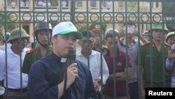 Linh mục Đặng Hữu Nam nói chuyện với ngư dân chờ đợi bên ngoài trụ sở Tòa án Nhân dân Thị xã Kỳ Anh, Hà Tĩnh, 26/9/2016.