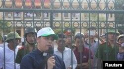 Linh mục Đặng Hữu Nam trong một cuộc biểu tình yêu cầu Formosa bồi thường