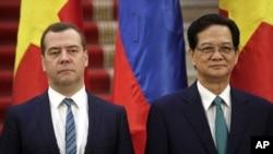 លោក Dmitry Medvedev (ខាងឆ្វេង) កំពុងបំពេញទស្សនៈកិច្ចជាផ្លូវការរយៈពេល២ថ្ងៃទៅកាន់ប្រទេសវៀតណាមដែលដឹកនាំដោយគណបក្សកុម្មុយនិស្ត ហើយបានធ្វើការចរចាជាមួយនាយករដ្ឋមន្រ្តី Nguyen Tan Dung (ខាងស្តាំ) ។