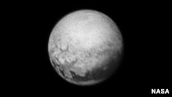 Gambar Pluto diambil dari pesawat New Horizons.