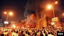Bentrokan sektarian antara kelompok Islam dan kelompok Kristen Koptik di Imbaba, Mesir di mana kedua pihak saling melempar batu dan bom minya (8/5).