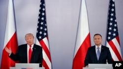 Presiden AS Donald Trump memberikan keterangan dalam sebuah konferensi pers dengan Presiden Polandia Andrzej Duda di Royal Castle, Warsawa, 6 Juli 2017. (AP Photo / Evan Vucci)