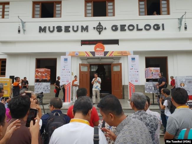 "Kepala Badan Geologi Kemen ESDM Rudy Suhendar membuka ""Mining For Life"" di Museum Geologi, Bandung, Sabtu (19/1/2019). (Foto: VOA/Rio Tuasikal)"