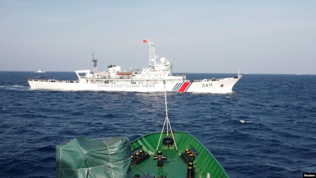 Tàu hải cảnh Trung Quốc (trắng) và tàu cảnh sát biển Việt Nam trên Biển Đông vào thời điểm xảy ra xung đột vào năm 2014.
