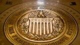 ARCHIVO - Esta fotografía del 5 de febrero de 2018 muestra el sello de la Junta de Gobernadores del Sistema de la Reserva Federal de Estados Unidos en el edificio de la Junta de la Reserva Federal Marriner S. Eccles en Washington.