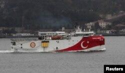 Kapal penelitian seismik Turki, Oruc Reis, saat berlayar di Bosphorus di Istanbul, Turki, 25 Desember 2018. (REUTERS / Murad Sezer)