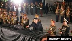 북한에서 '전승절'로 기념하는 26일 정전협정 체결일을 맞아 김정은 국무위원장이 북중 우의탑을 찾아 헌화했다고, 관영매체들이 전했다.