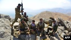 Pripadnici snaga antitalibanskog pokreta otpora odmaraju se nakon patroliranja brdima Darbanda u distriktu Anaba, pokrajina Panšir, Avganistan, 1. septebra 2021.