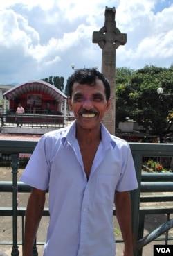 """斯里兰卡世遗名城康堤一家商店的老板贾嘎说:""""中国是我们的好兄弟""""。(美国之音朱诺拍摄,2015年12月18日)"""