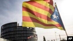 Каталонський прапор на підтримку незалежності перед Європарламентом у Стасбурзі