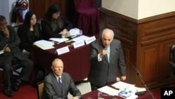 秘鲁总统库琴斯基(左)在秘鲁国会听他的律师对议员讲话