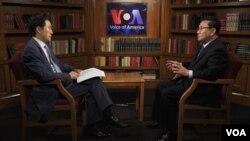 Ri Jong Ho (phải), nhân vật đào tị cấp cao Bắc Hàn, trả lời phỏng vấn Ban tiếng Hàn VOA, cuối tháng 6/2017