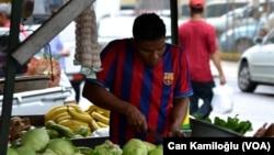 El Salvador'da müthiş bir Barcelona tutkusu var Barcelona maçı olduğu zaman adeta hayat duruyor. Üzerinde giydikleri Barcelona formalarıyla yürüyen, çalışan çok sayıda kişiyle karşılaşıyorsunuz sokaklarda.