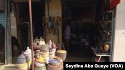 La devanture de la boutique de Fallou Diop à l'entrée du village artisanal de à Soumbédioune, Sénégal, 16 septembre 2017. (VOA/Seydina Aba Gueye)