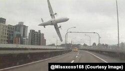 Momento en que el avión de TransAsia está a punto de caer, en una toma lograda con una cámara colocada en el tablero de un auto.