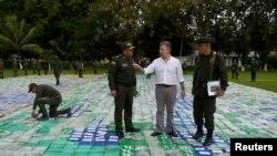Presiden Kolombia Juan Manuel Santos terlihat bersama barang sitaan lebih dari 12 ton kokain di Apartado, Kolombia, 8 November 2017.
