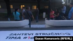 """Traspaprent ispred zgrade Predsedništva, tokom protesta """"1 od 5 miliona"""" u Beogradu, 17 avgusta 2019. (Foto: Dušan Komarčević, Radio Slobodna Evropa)"""