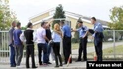 Policija ispred Gimnazije u Tuzima
