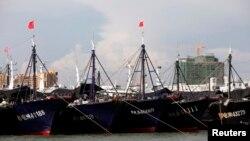 Kapal-kapal ikan China di pelabuhan Dongfang, di Provinsi Hainan, 18 Juni 2014. (Foto: Reuters)