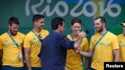 에두아르두 파에스(가운데) 리우데자네이루 시장 27일 올림픽 선수촌에서 열린 환영행사에서 호주 올림픽 대표선수들과 인사하고 있다.