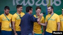 Walikota Rio de Janeiro Eduardo Paes menyambut para atlet Australia dalam pacara penyambutan di perkampungan atlet Olimpiade Rio Rabu (27/7).