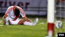 El jugador Erik Lamela del River Plate, demuestra impotencia ante la derrota sufrida en el partido de visita que perdieron contra Belgrano 2-0.
