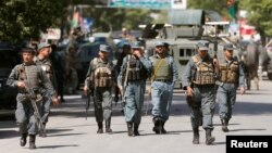 9일 아프가니스탄 수도 카불에서 발생한 테러 공격 현장에, 무장 경찰관들이 모여있다.