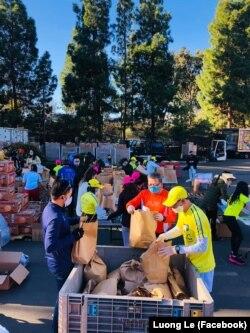Tình nguyện viên đóng gói thực phẩm để phân phát.