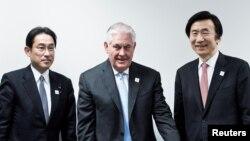 렉스 틸러슨 미국 국무장관(가운데)과 윤병세 한국 외교부 장관(오른쪽), 기시다 후미오 일본 외무상이 16일 독일 본에서 3국 외교장관 회의를 가졌다.