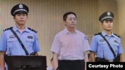 709案被控颠覆罪的勾洪国在庭审现场(天津二中院微博图片)