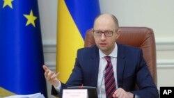 아르세니 야체뉵 우크라이나 총리가 25일 각료회의에서 발언하고 있다.