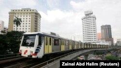 Kereta Light Rail Transit (LRT) bergerak melalui pusat kota Kuala Lumpur,15 Januari 2007. (Foto: REUTERS/Zainal Abd Halim)