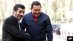 委內瑞拉總統查韋斯在德黑蘭和伊朗總統會面(資料圖片)