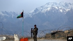 Seorang prajurit Tentara Nasional Afghanistan berjaga di pos pemeriksaan dekat pangkalan Bagram di utara Kabul, Afghanistan, 8 April 2020. (Foto: dok).