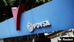 El logotipo de la petrolera estatal PDVSA se ve en una gasolinera en Caracas, el 17 de mayo de 2019.