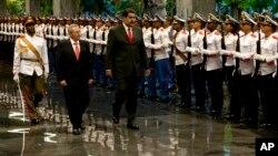 La visita oficial de dos días del presidente Nicolás Maduro a Cuba el fin de semana ha sido criticada por la oposición.