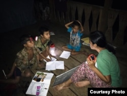 Salah seorang volunteer Sokola Rimba (baju hijau) saat mengajar anak-anak Orang Rimba. (Courtesy: Alberta Prabarini)