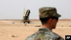 Dalam foto yang dimabil pada 20 Februari 2020 ini, tampak anggota Angkata Udara AS berdiri di dekat area uji coba rudal di Pangkalan Udara Prince Sultan di al-Kharj, Arab Saudi. (Foto: AP/Andrew Caballero-Reynolds)